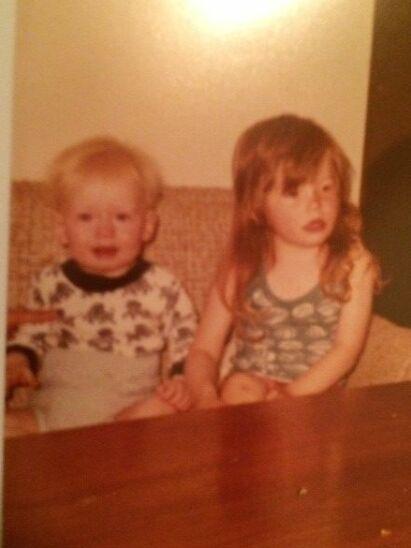 - MITT FORBILDE: Ole Martin Årst og søstera Wibecke avbildet sammen som barn - før alt det vonde skulle skje. Foto: Privat