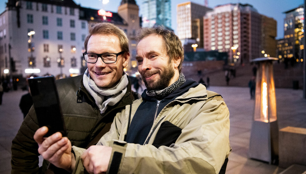 SELFIE: Ole Martin Årst blir fortsatt gjenkjent på gata. Forbipasserende Harald Hol (40) slo av en prat med den tidligere fotballproffen om hans tid som Tromsø-spiller. Foto: Lars Eivind Bones / Dagbladet