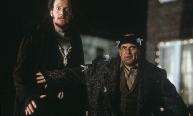 <strong>I 1990:</strong> Daniel Stern (t.v.) og Joe Pesci i rollene som de noe stakkarslige innbruddstyvene Marv Merchants og Harry Lime, som Kevin McCallister klarer å hamle opp med. Foto: Don Smetzer / 20th Century Fox / Shooting Star / NTB Scanpix