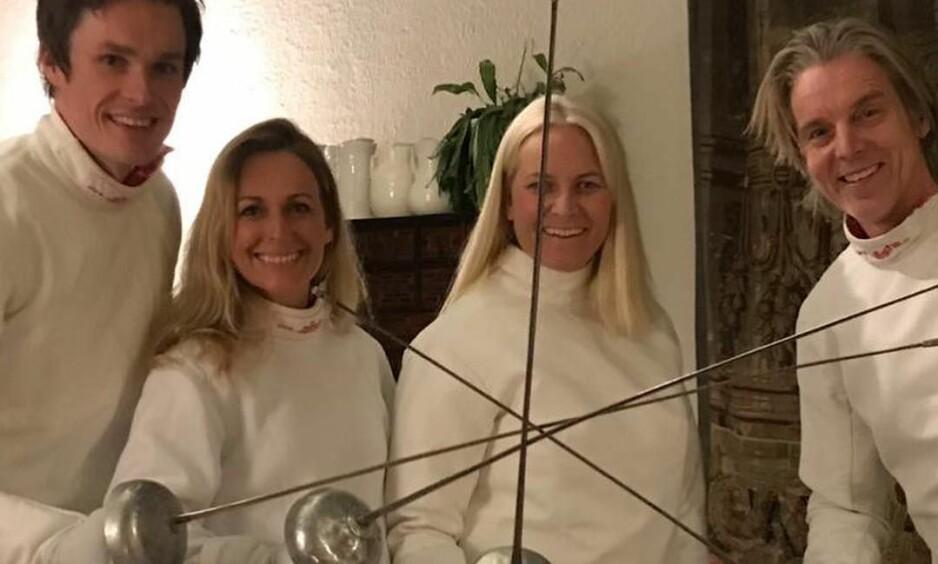 <strong>FØRJULSFEKTING:</strong> Kronprinsfamilien inviterte venner til å fekte sammen med den norske fekteren Bartosz Piasecki. Foto: Instagram/crownprincessmm