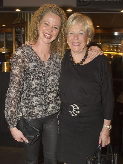 NÆRT FORHOLD: Jeanette Roede er blitt en minst like profilert slankeguru som sin mor, etter at hun overtok virksomheten. Her er de sammen på en revypremiere i Oslo i januar. Foto: Tore Skaar / Se og Hør