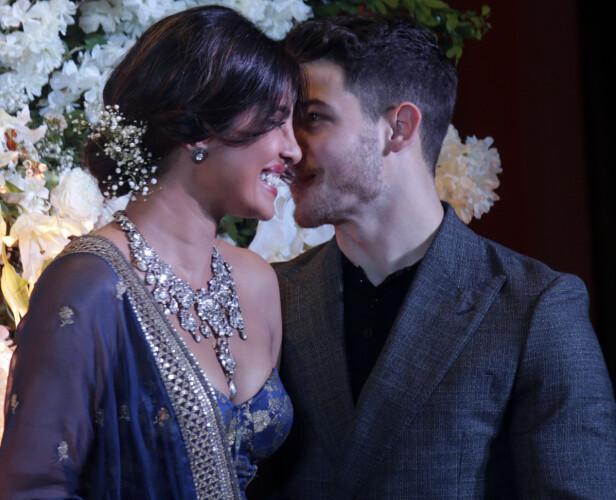 <strong>FORELSKET:</strong> Nick og Priyanka klarte nesten ikke holde fingrene fra hverandre. Foto: NTB Scanpix