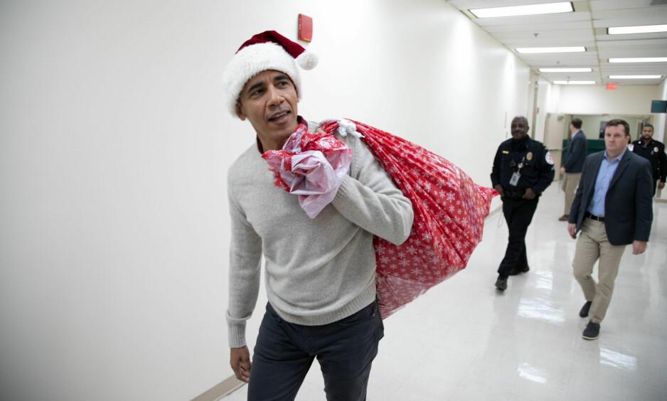 JULENISSE: Familier og ansatte ved barnehuset i Washington DC fikk seg litt av en overraskelse da de så hvem som var årets julenisse. Foto: AFP/ NTB Scanpix