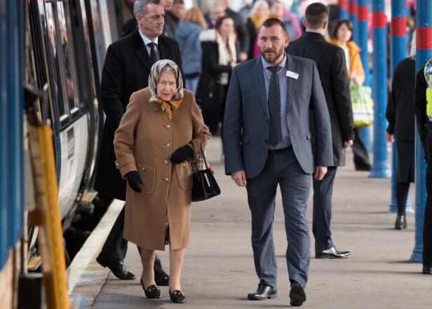 <strong>ALLEREDE PÅ VEI:</strong> Dronning Elizabeth ble fotografert i Sandringham allerede tidligere denne uken, da hun tok offentlig transport. Foto: NTB Scanpix