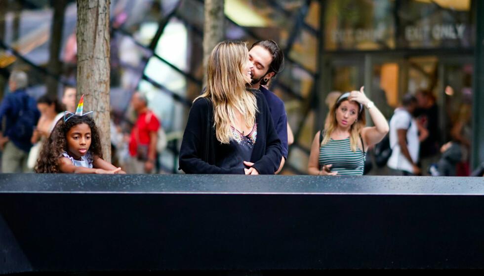 <strong>KJÆRLIGE:</strong> Mens Lou var opptatt med sitt, benyttet Heidi og Tom anledningen til å omfavne hverandre. Her ved minnesmerket etter 9/11. Foto: NTB Scanpix