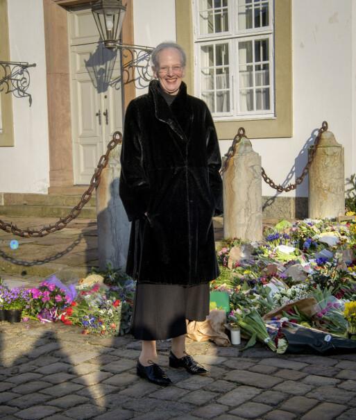 BLOMSTERHAV: Dronning Margrethe tok seg god tid til å se på kondolansebukettene, men virket ikke preget. Det kan være på grunn av hennes rolle som kirkens overhode. Foto: Martin Høien / Billedbladet