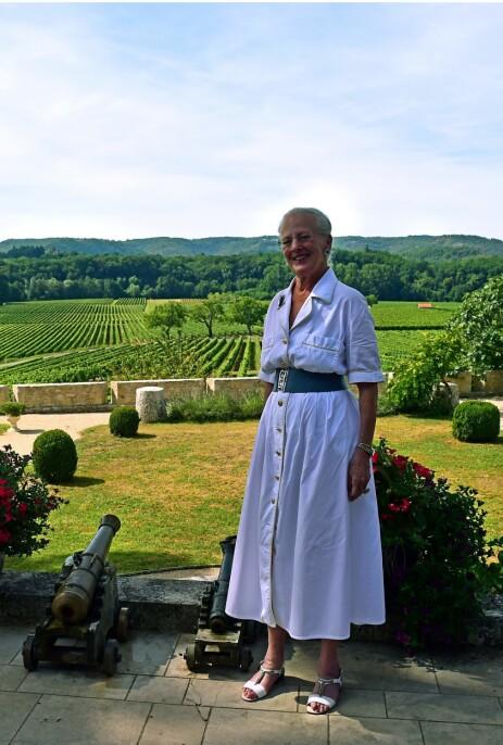 VINSLOTT: Her er dronning Margrethe fotografert i hagen på den franske eiendommen under et pressemøte i sommer. En av hennes to sønner skal en dag arve eiendommen. Foto: NTB Scanpix