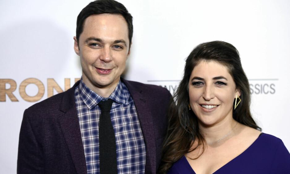 <strong>TUNG TID:</strong> «Big Bang Theory»-stjernen Mayim Bialik deler tunge tanker kort tid etter bruddet med den «hemmelige» kjæresten. Her sammen med skuespillerkollega Jim Parsons, som for øvrig spiller kjæresten hennes i den populære sitcom-serien. Foto: NTB Scanpix