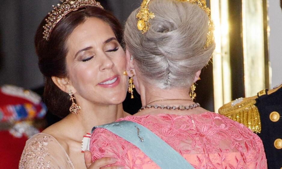 <strong>FORSKJELLIGE MENINGER:</strong> En ekspert mener nå at kronprinsesse Mary av Danmark muligens må trå varsomt fremover, for å ikke tråkke svigermoren på tærne. Foto: NTB scanpix