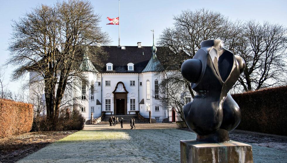 <strong>HALV STANG:</strong> På Marselisborg Slot flagget de med halv stang like etter at prins Henriks dødsbudskap ble offentliggjort. Foto: NTB scanpix