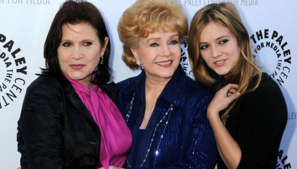 TRE GENERASJONER: Skuespiller Billie Lourd var i dyp sorg etter å ha mistet både bestemoren (Debbie Reynolds) og moren (Carrie Fisher) i romjulen 2016. Her er de sammen på rød løper i 2011. Foto: Byron Purvis / AdMedia / NTB scanpix