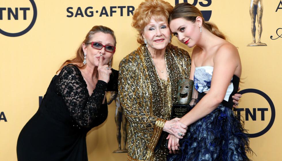 MISTET BEGGE: Billie Lourd er datter av Carrie Fisher, og barnebarn av Debbie Reynolds. Nå er det to år siden hun mistet begge to, og i den anledning har hun kommet med en spesiell hilsen til sin avdøde mor. Her er trioen på rød løper i 2015. Foto: NTB scanpix