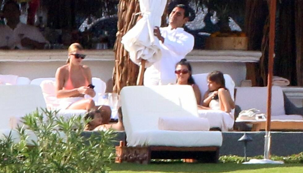 <strong>MODERNE FAMILIE:</strong> Rett før jul dro Sofia Richie, Kourtney Kardashian, Scott Disick på ferie til Mexico sammen med de to sistnevntes barn. Nå berømmes trioen for måten de samarbeider for barnas skyld. Foto: NTB Scanpix