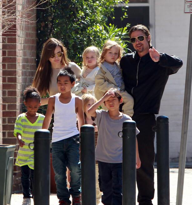 GLAD I BARN: Angelina og Brad fikk seks barn sammen. Her var duoen sammen med Maddox, Pax, Zahara, Shiloh, Knox og Vivienne i 2011. Foto: NTB Scapix