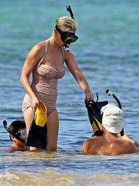 BYTTELÅNER: Katy lot gjerne kjæresten få prøve svømmeføttene. Foto: NTB Scanpix