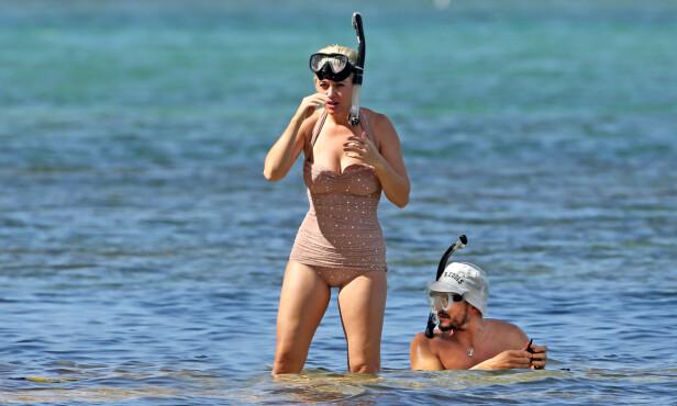 KOSER SEG: Mens Katy omsider gikk opp på stranden igjen, så det ut til at Orlando Bloom tok seg en liten snorkeltur til. Foto: NTB Scanpix