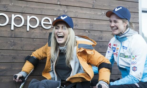 LATTER OG GLEDE: Therese Johaug og Birgit Skarstein i forbindelse med medielansering av historiens første para-VM i vinter 2021 i Lillehammer/Hafjell. Foto: Terje Pedersen / NTB Scanpix