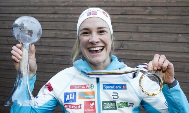 POSITIV DAME: Birgit Skarstein viser stolt frem trofeene sine fra 2018. Foto: Terje Pedersen / NTB Scanpix