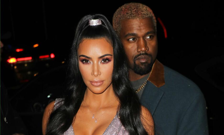 TAUSE: Ekteparet Kim Kardashian (38) og Kanye West (41) venter angivelig sitt fjerde barn, ved hjelp av surrogati. Det skal imidlertid være snakk om en annen surrogatormor enn forrige gang. Foto: NTB Scanpix