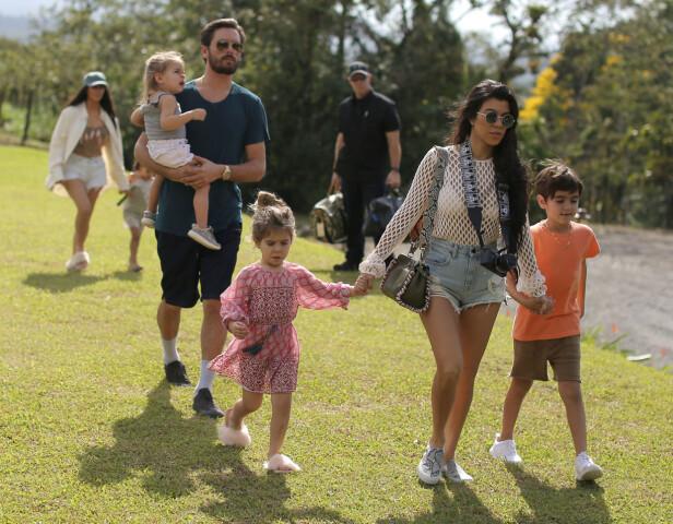 FAMILIEBILDE: Her er hele familien samlet, f.v. Scott Disick med sønnen Rein, datteren Penelope, Kourtney Kardashian og sønnen Mason. Foto: NTB scanpix