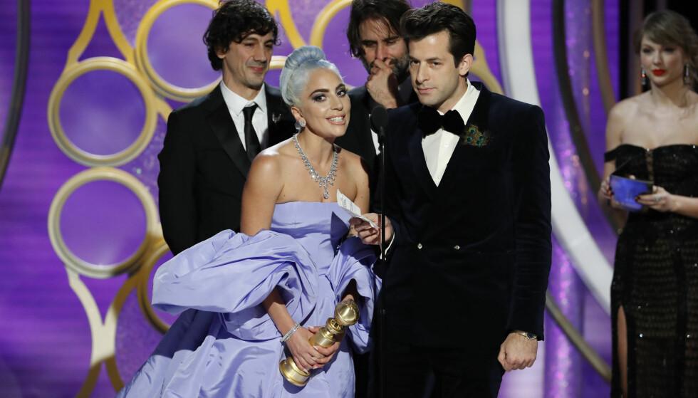 <strong>RØRT:</strong> Det var en rørt Lady Gaga som mottok pris fra scenen. Foto: NTB Scanpix