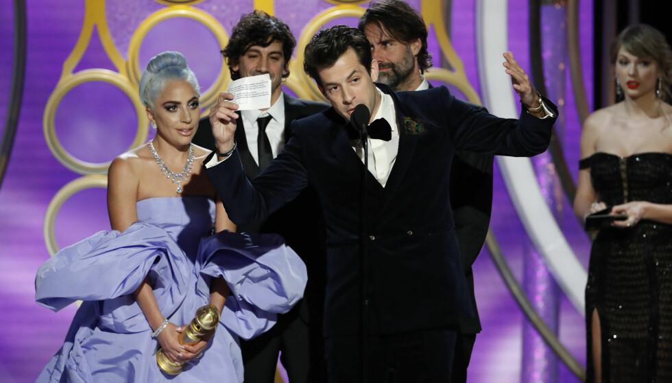 <strong>HYLLET:</strong> Lady Gaga ble hyllet av kollega Mark Ronson fra scenen. Foto: NTB Scanpix
