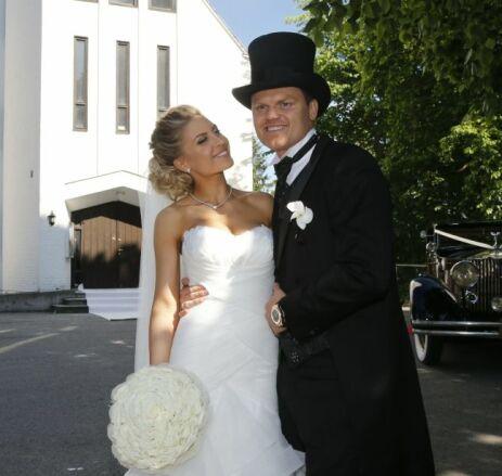 LYKKELIGE: John Arne Riise giftet seg med Oslo-jenta Louise Angelica i Nordberg kirke våren 2014. Nå blir de foreldre sammen. Foto: Terje Bendiksby / NTB scanpix