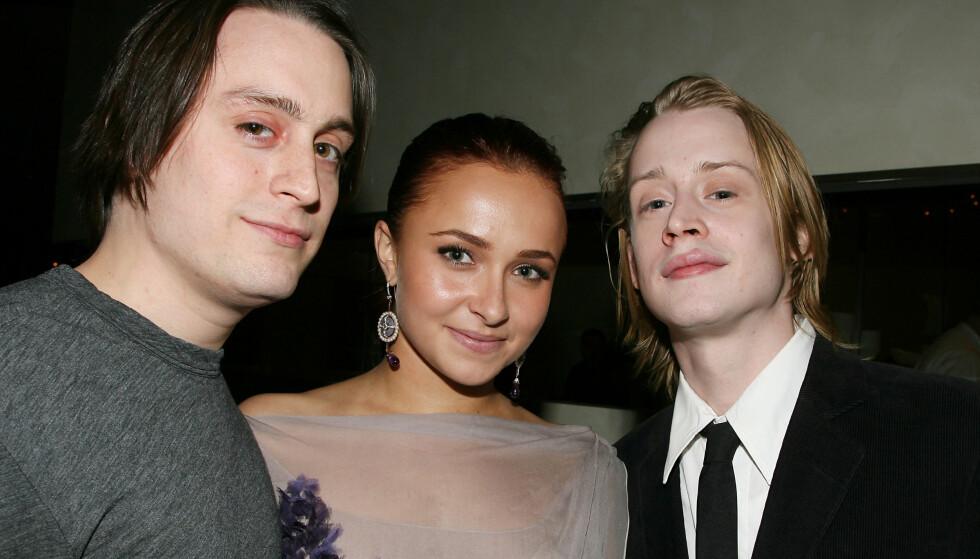 <strong>BERØMTE BRØDRE:</strong> Kieran (36) og Macaulay Culkin (38) har begge vokst opp i rampelyset. Her sammen med skuespiller Hayden Panettiere (29) i 2010. Foto: NTB Scanpix