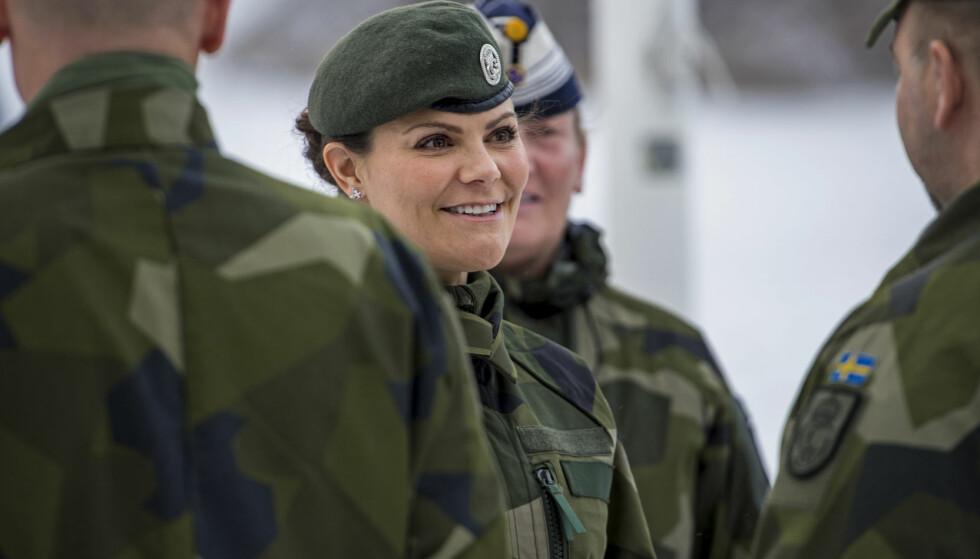 <strong>ENGASJERT:</strong> Kronprinsesse Victoria var onsdag på besøk hos Livgarden. Der fikk hun siste nytt om det svenske forsvaret. Foto: Astrid Emilia Amtén / Försvarsmakten