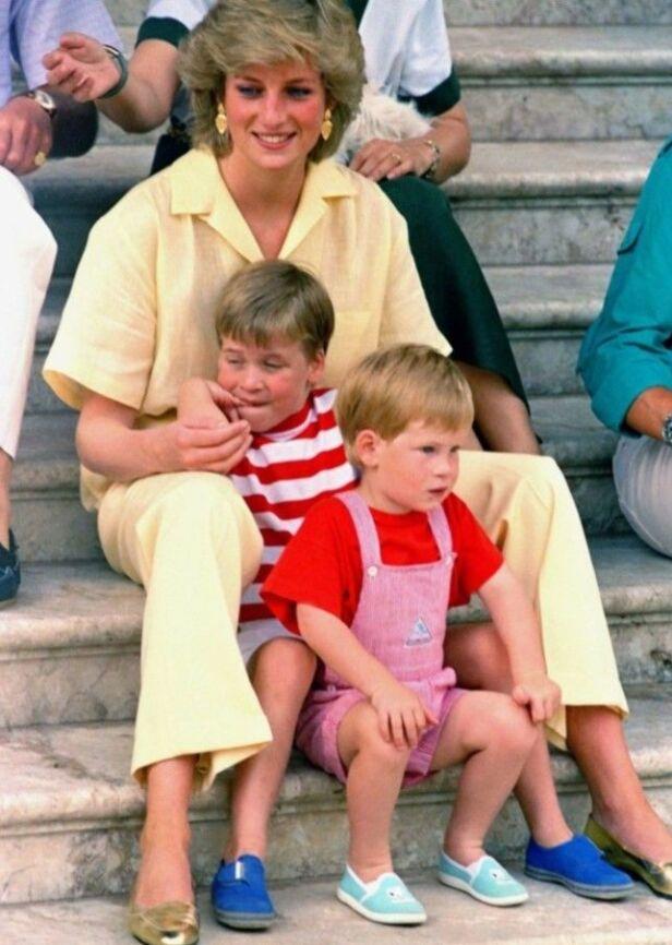 TRYGT: Selv om en skilsmisse og morens dødsfall skulle prege Harry like før tenårene, hadde han en trygg og tidvis skjermet oppvekst. Her er han, William og Diana fotografert på Mallorca i 1987. Foto: AP Photo/John Redman, NTB scanpix