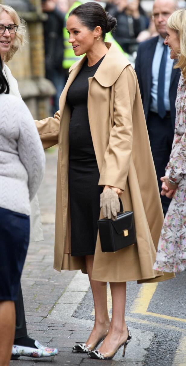 FASJONABEL: Hertuginne Meghan hadde kledd seg opp i et klassisk, men kostbart antrekk for anledningen. Foto: NTB scanpix