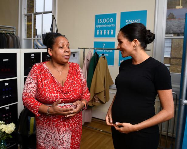 KONGELIG MØTE: Patsy avbildet i samtale med Meghan. Foto: NTB scanpix