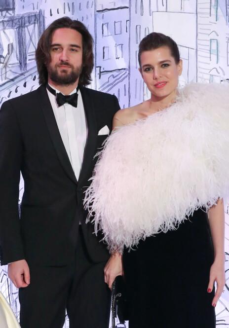RYKTEFLOM: Under det årlige roseballet i Monaco ble det kjent at Charlotte var forlovet med kjæresten Dimitri (t.v.). Det var også da ryktene om at hun var gravid begynte å svirre, ettersom kjolen hennes skjulte magen. Foto: AFP / NTB scanpix