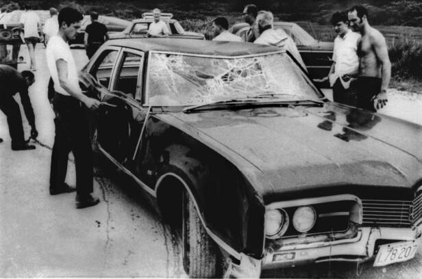 BLE HENTET OPP AV VANNET: Ted Kennedys Oldsmobile etter ulykken som krevde livet til Mary Jo Kopechne. Foto: AP/ NTB scanpix