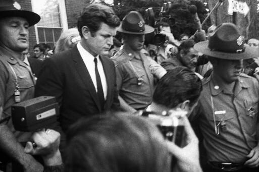 FORLATER RETTEN: Ted Kennedy på vei ut av rettssalen i Edgartown den 25. juli 1969. Foto: AP/ NTB scanpix