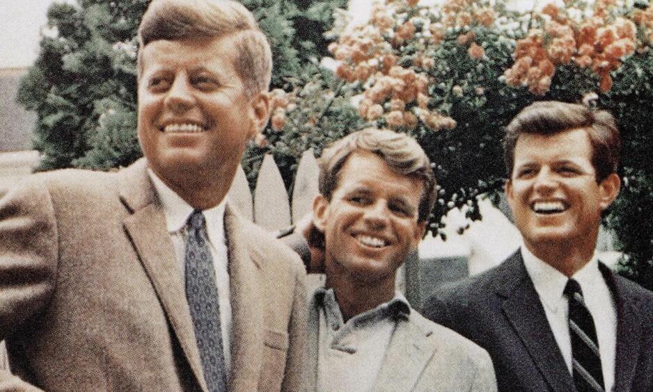 TRAGISK ULYKKE: En hel verden vitne til at Massachusetts-senator Ted Kennedy (t.h.) mistet brødrene Robert og John F. Kennedy. Like etter fant en ny tragedie sted. Foto: NTB scanpix