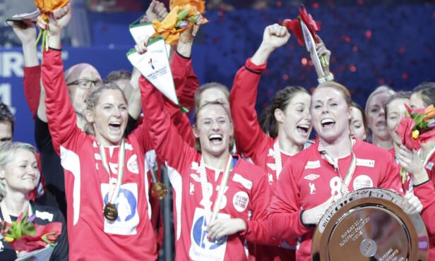GULLJENTA: Karoline har vært med på mange av Norges mesterskapsmedaljer. Her hadde Norge tatt gull i EM i 2004. Foto: NTB Scanpix