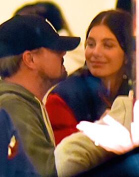 FORELSKET: Leo og Camila delte både blikk og kyss på restauranten. Foto: NTB Scanpix