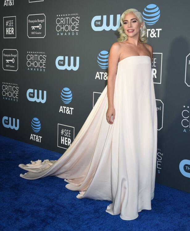 VAKKER: Artist Lady Gaga var iført en enkel og lys Calvin Klein-kjole. Foto: NTB Scanpix