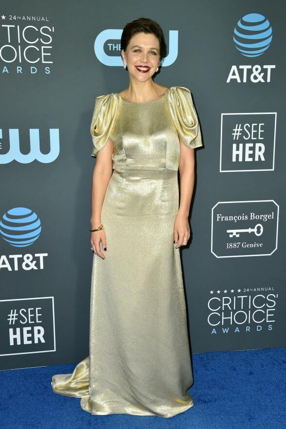 GULLKREASJON: Maggie Gyllenhaal gikk for en lang gullkjole og mørk leppestift for anledningen. Foto: NTB Scanpix
