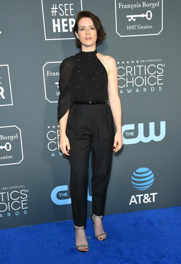 ENKEL LOOK: Claire Foy iført sort bukse og tilhørende overdel. Foto: NTB Scanpix