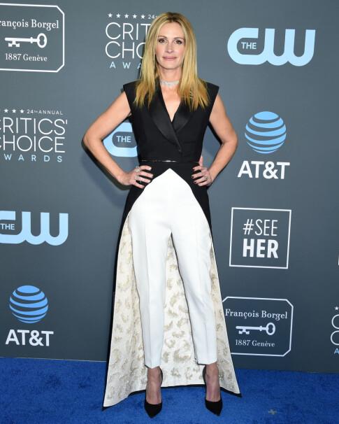ORIGINAL: Julia Roberts gikk for en blanding av kjole og bukse - slik hun også gjorde på Golden Globe-utdelingen nylig. Foto: NTB scanpix