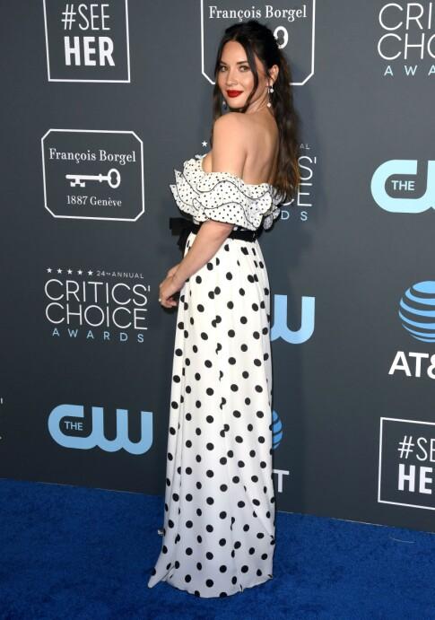 PRIKKETE: Olivia Munn skilte seg også ut i denne festlige kjolen med prikker og volanger. Foto: NTB scanpix