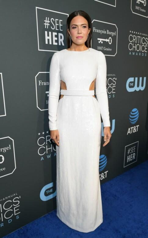 FRESH: Nesten nygifte Mandy Moore stilte i en hvit kjole dekket i paljetter. Foto: NTB scanpix