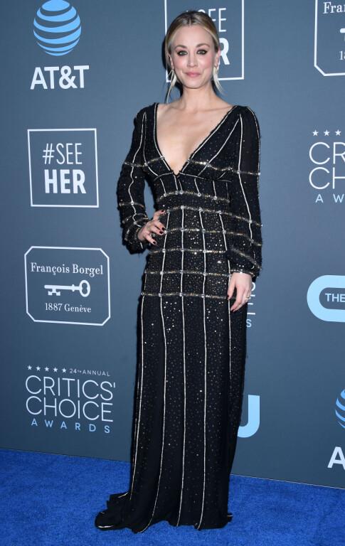 GLITRET: Kaley Cuoco stilte i en utringet, glitrende kjole. Foto: NTB scanpix