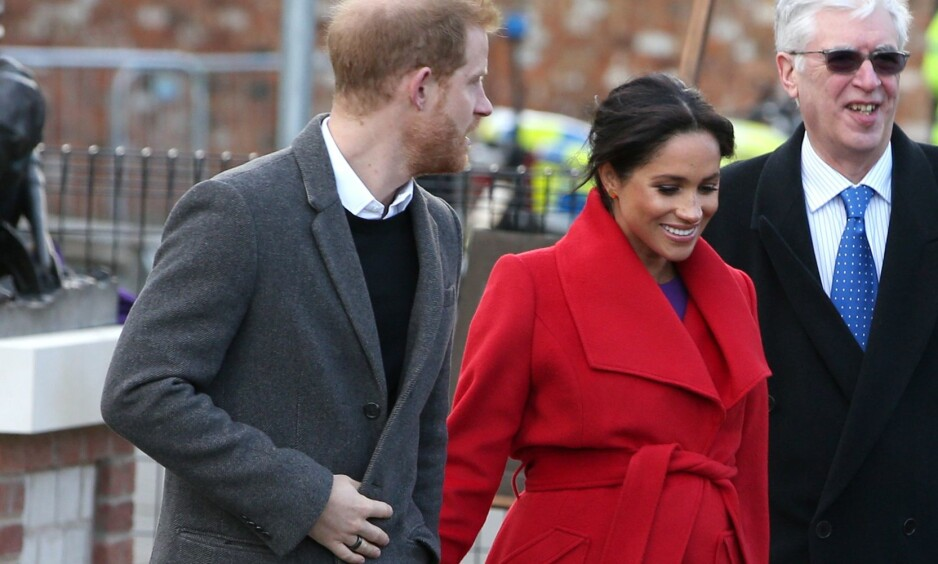 RØPET SEG: Denne uken er hertuginne Meghan og prins Harry på besøk i Birkenhead i England. Mandag skal Meghan ha røpet flere detaljer omkring termindatoen til de mange oppmøtte i byen. Foto: NTB Scanpix