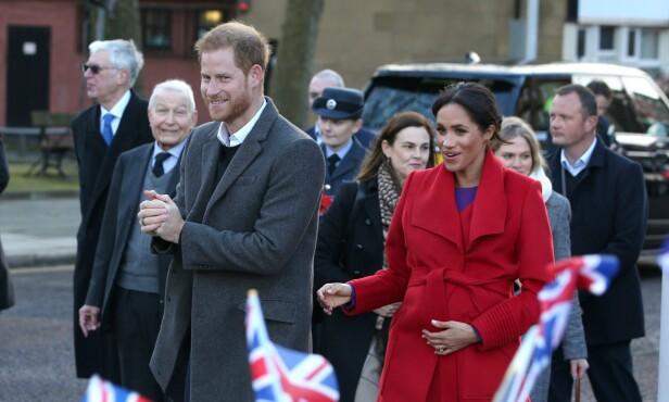 PÅ BESØK: Mandag ankom prins Harry og hertuginne Meghan Birkinhead i England til stort oppmøtte blant folket. Foto: NTB Scanpix