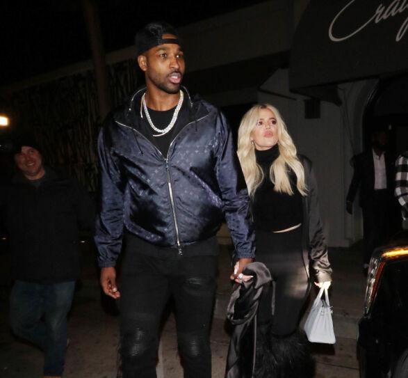 HOLDER STADIG SAMMEN: Khloé Kardashian og Tristan Thompson fotografert ute i Los Angeles i helgen. Foto: NTB scanpix