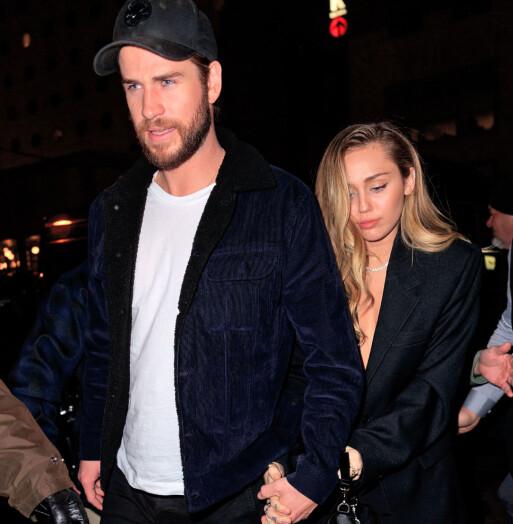 <strong>HÅND I HÅND:</strong> Liam Hemsworth og Miley Cyrus avbildet sammen i New York for en måned siden, i midten av desember 2018. Foto: NTB scanpix