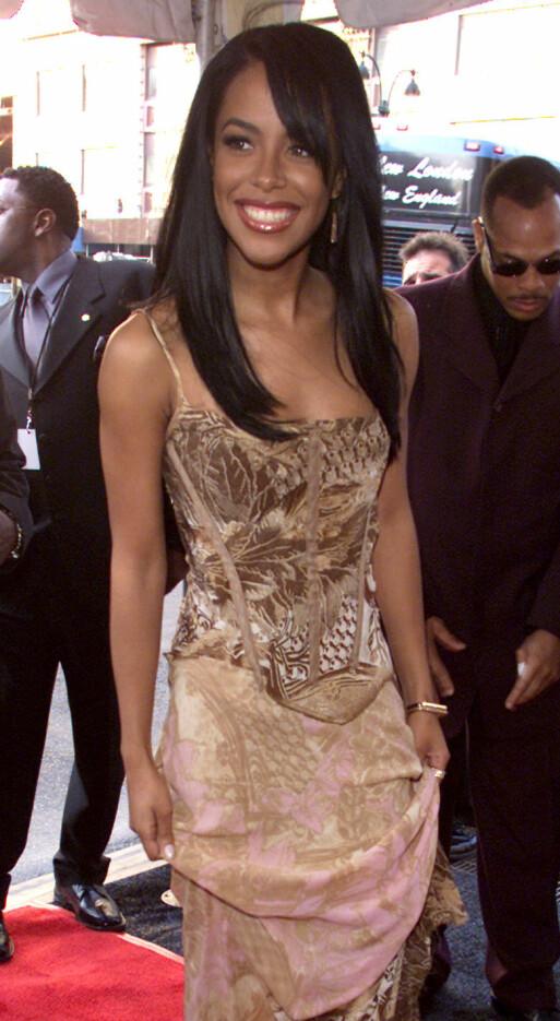 PÅ RØD LØPER: Aaliyah ankommer Essence Awards i New York i april 2001 - fire måneder før sin egen tragiske død. Foto: Reuters/ NTB scanpix